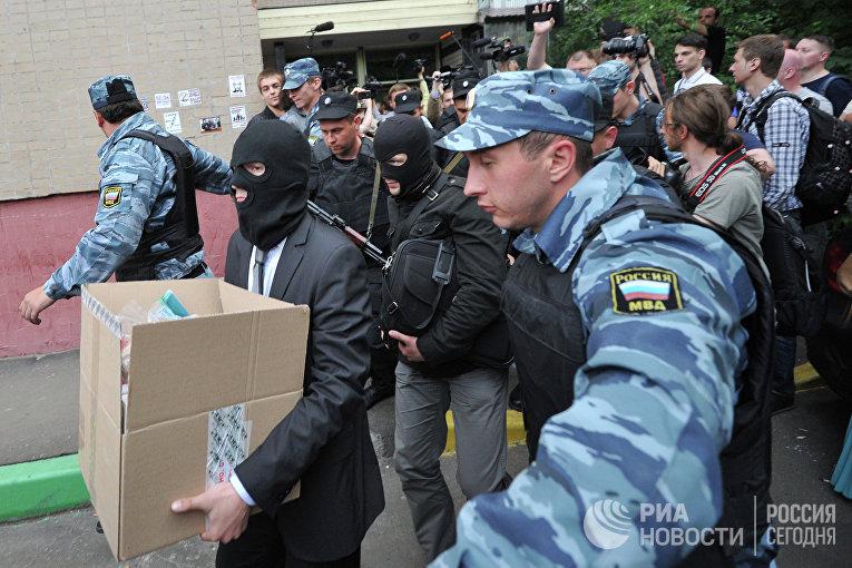 Полиция проводит обыск у блогера Алексея Навального