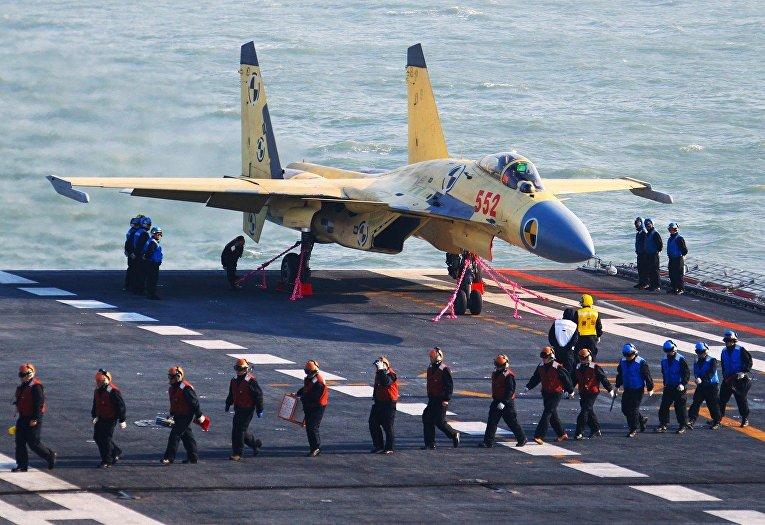Истребитель J-15 на палубе авианосца «Ляонин»