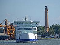 Танкер-газовоз в акватории порта при регазификационном терминале в польском городе Свиноуйсьце