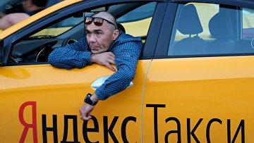 """Водитель автомобиля """"Яндекс.Такси"""" в Москве"""