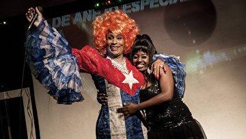 Трансвестит обнимает фанатку на десятилетии своего выступления в Гаване
