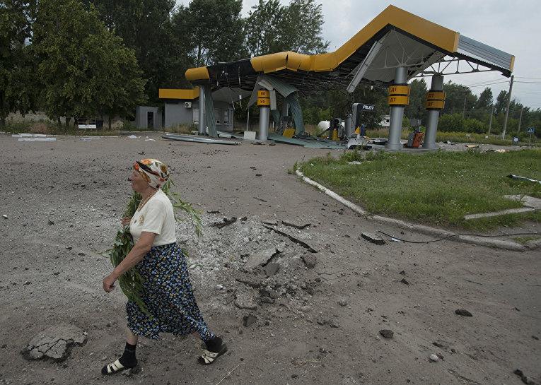 Пострадавшая во время артобстрела бензоколонка в Славянске