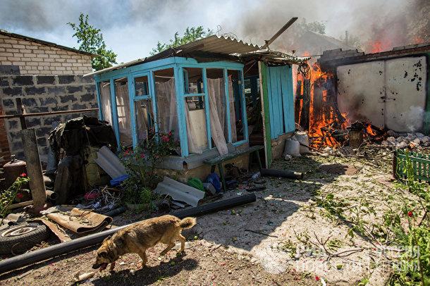 Горящие дома после массированного артиллерийского обстрела поселка Черевковка под Славянском