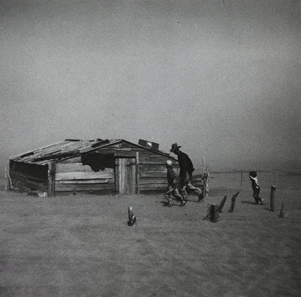 Артур Ротштейн «Отец с сыновьями идут наперекор пыльной буре», 1936
