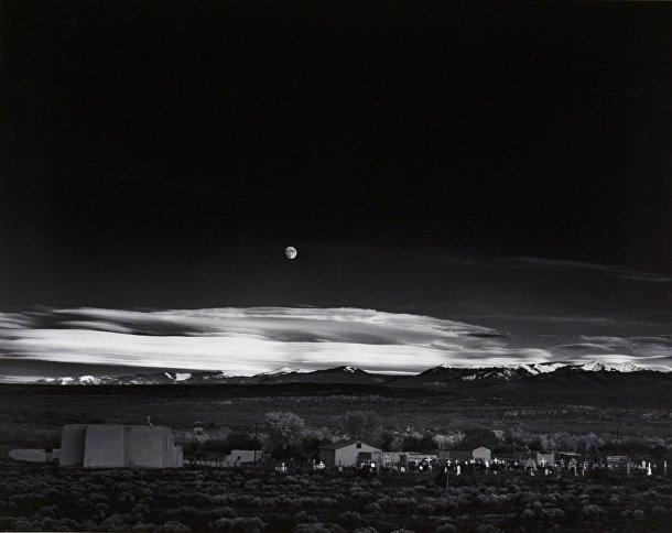 Энсел Адамс «Восход луны над городом Эрнандес в Нью-Мексико», 1941