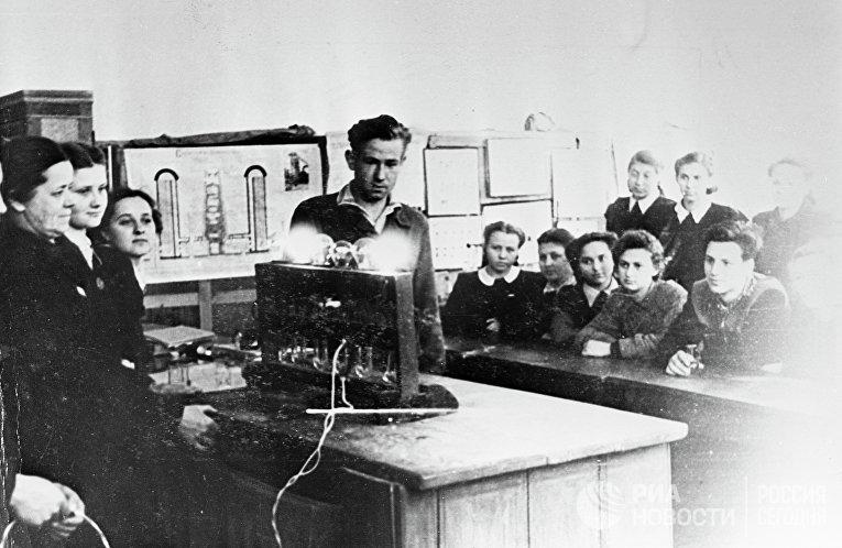 Алексей Леонов на уроке физики