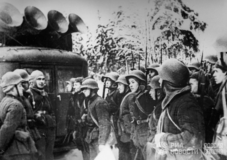 Бойцы Красной Армии слушают радио на привале