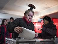Выборы на избирательном участке во время выборов в Донецке