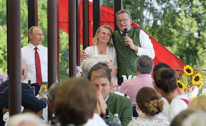 Президент РФ Владимир Путин на свадьбе министра иностранных дел Австрии Карин Кнайсль и финансиста Вольфганга Майлингера