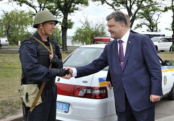Петр Порошенко и украинский военный в Одессе