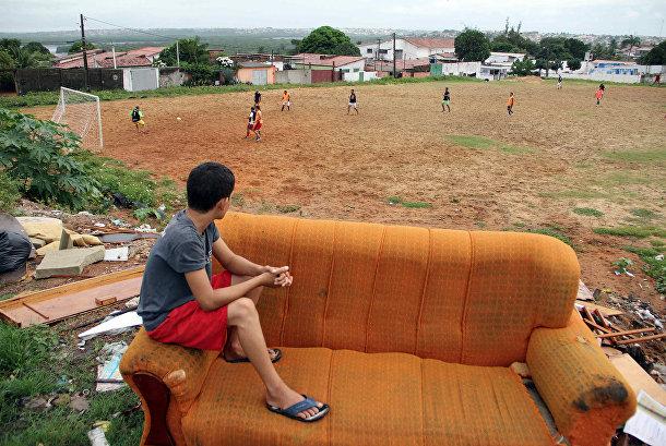 Мальчик наблюдает за матчем «пелада» в окрестностях города Натал