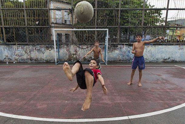 Дети играют в пелада-матче в городе Манаус