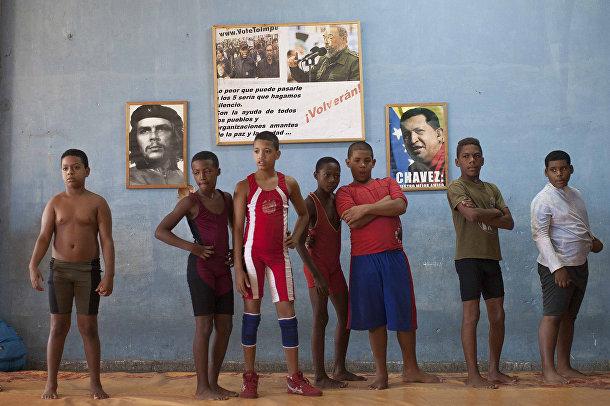 Молодые рестлеры на фоне портретов политических деятелей
