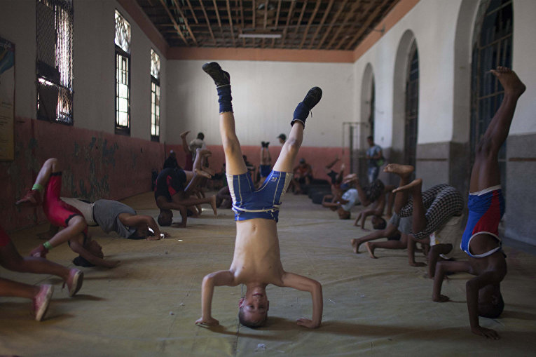 Девятилетний Оскар Торрес на тренировке по рестлингу в Гаване