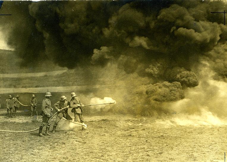 Немецкие солдаты практикуются в использовании огнемета, 1917 год