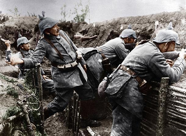 Немецкие солдаты кидают гранаты из окопа