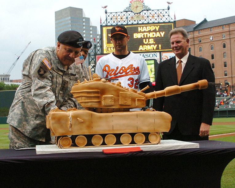 Торт в форме танка M1 Abrams от канала Food Network