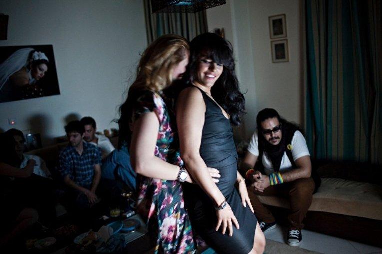 Женщины танцуют на домашней вечеринке в Тегеране