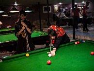 Женщины играют в бильярд в клубе в Тегеране