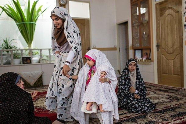 Женщина и девочки в чадрах в городе Йезд