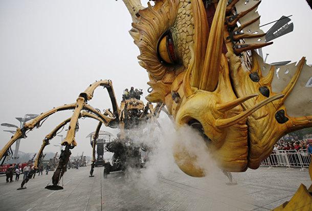 Дракон лунма и паук Принцесса в представлении от компании La Machine в Пекине