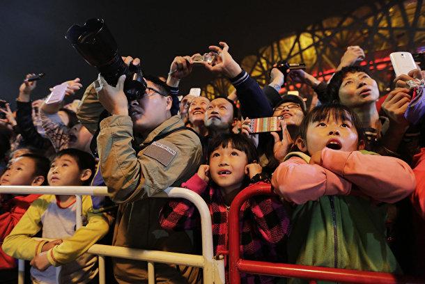 Зрители смотрят представление от компании La Machine в Пекине