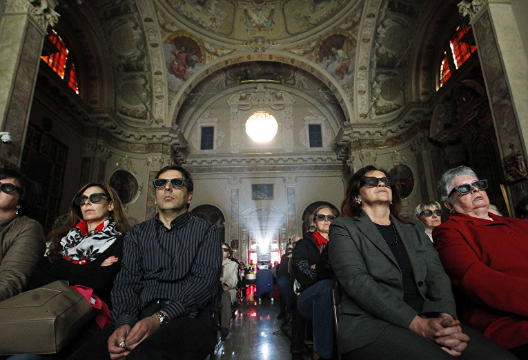 Католики в 3D-очках смотрят трансляцию церемонии канонизации Иоанна XXIII и Иоанна Павла II в церкви коммуны Сотто-иль-Монте-Джованни-XXIII