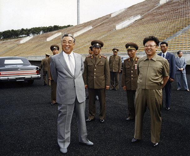 Ким Ир Сен и Ким Чен Ир осматривают футбольный стадион в Пхеньяне