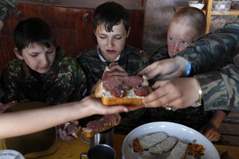 Ученики кадетской школы имени генерала Ермолова едят во время двухдневных полевых учений