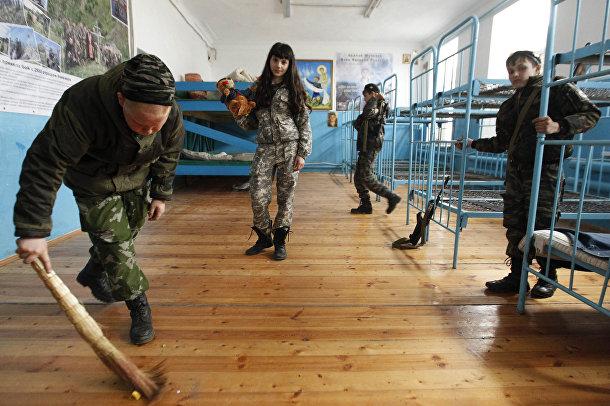 Ученики кадетской школы имени генерала Ермолова убираются в казарме во время двухдневных полевых учений