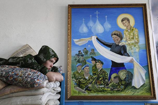 Ученик кадетской школы имени генерала Ермолова лежит на кровати в казарме