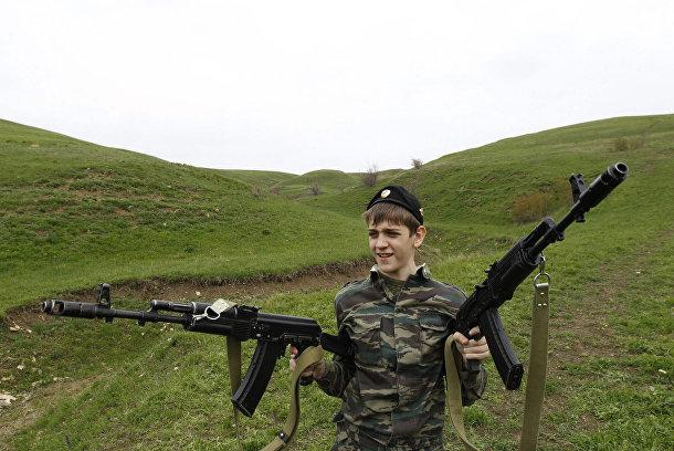 Ученик кадетской школы имени генерала Ермолова держит два автомата во время двухдневных полевых учений