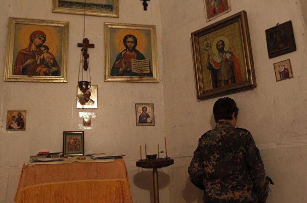 Ученик кадетской школы имени генерала Ермолова молится в часовне