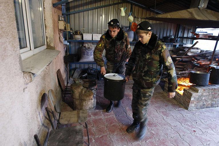 Ученики кадетской школы имени генерала Ермолова готовят еду во время двухдневных полевых учений