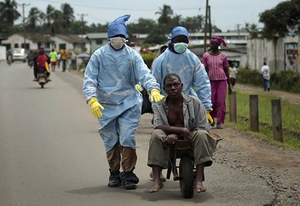 Жители Монровии везут в клинику больного с подозрениями на Эболу