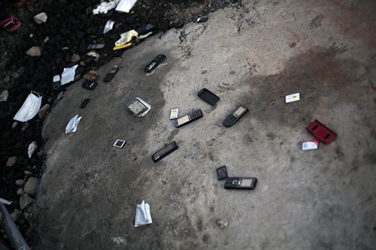 Телефоны, выброшенные пациентами клиники по лечению Эболы