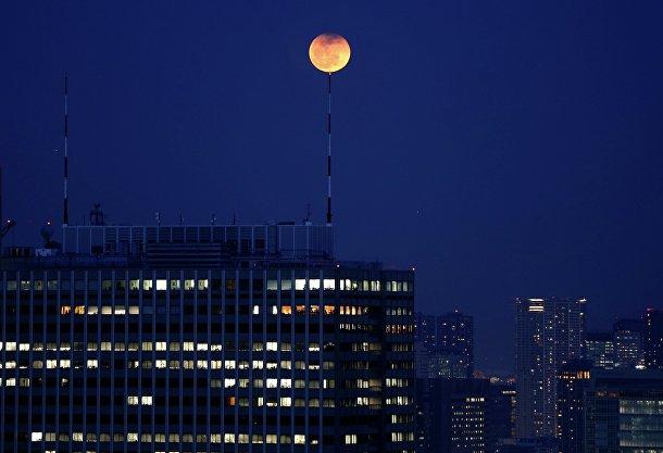 Лунное затмение над Токио