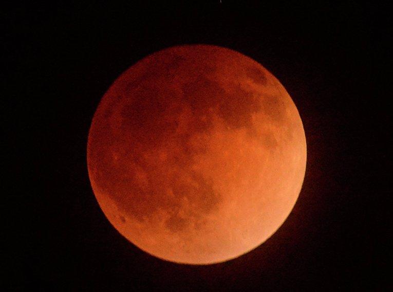 Лунное затмение над Лос-Анджелесом