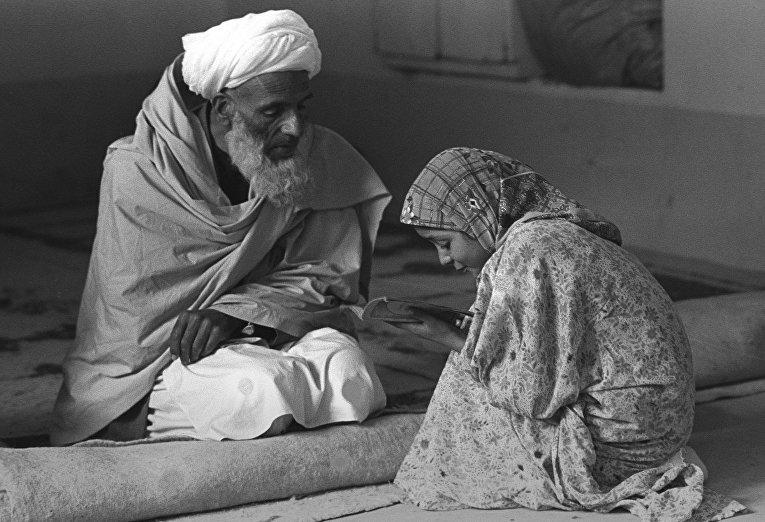 Мулла преподает девочке Коран. Фотография Захры Каземи