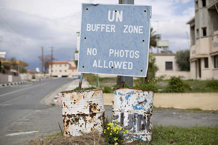 Знак перед въездом в буферную зону ООН на Кипре