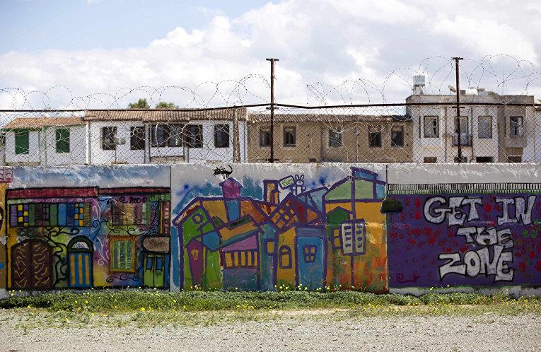 Стена, отделяющая буферную зону ООН от греческой части Кипра