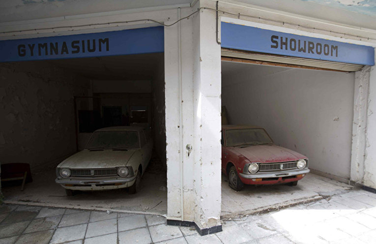 Заброшенный магазин автомобилей в буферной зоне ООН в Никосии