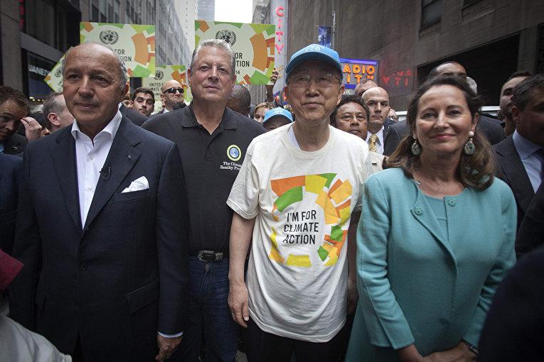 Министр иностранных дел Франции Лоран Фабиус, бывший вице-президент США Эл Гор, генеральный секретарь ООН Пан Ги Мун, министр экологии Франции Сеголен Руаяль на марше против изменения климата