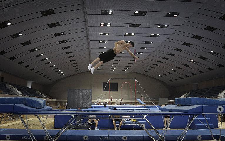 Атлет тренирует прыжки на батуте