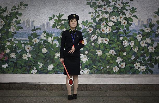 Работница метро в Пхеньяне в ожидании прибытия поезда