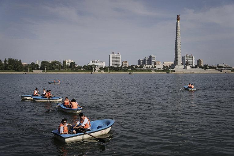 Люди катаются на лодках по реке Тэдонган в Пхеньяне