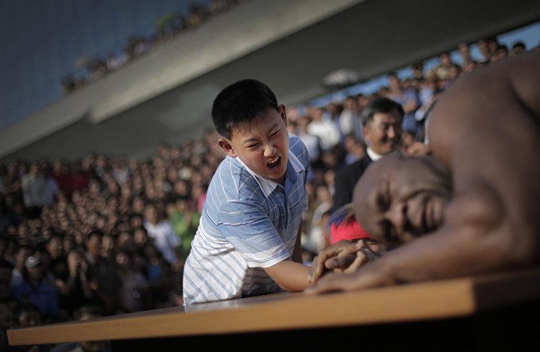 Мальчик соревнуется в армрестлинге с бывшим игроком NFL Бобом Сэппом