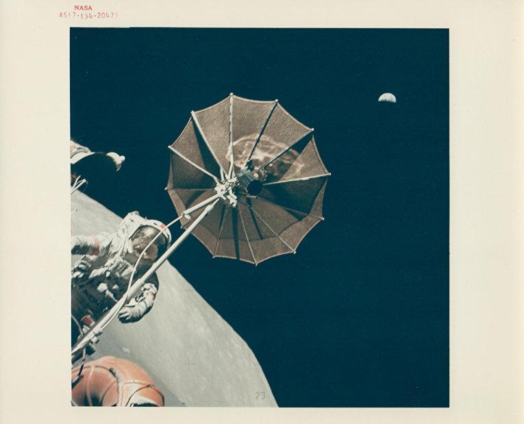 Харрисон Шмитт и Юджин Сернан на поверхности Луны во время экспедиции «Аполлона-17»