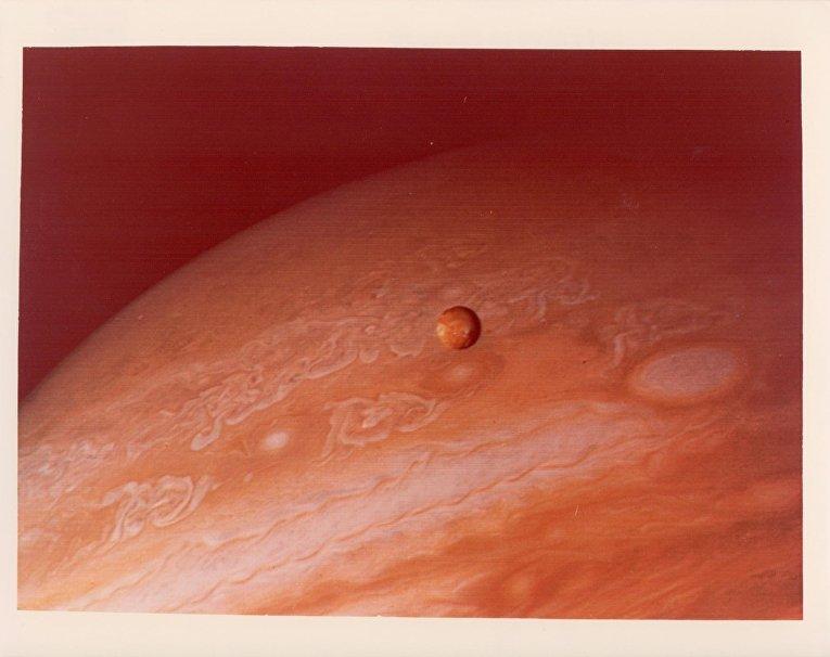 Фотография Юпитера и его спутника Ио, сделанная зондом «Вояджер-2»