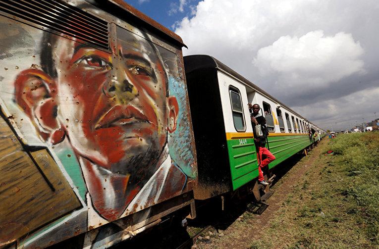 Портрет бывшего президента США Барака Обамы на вагоне пригородного поезда в Найроби, Кения